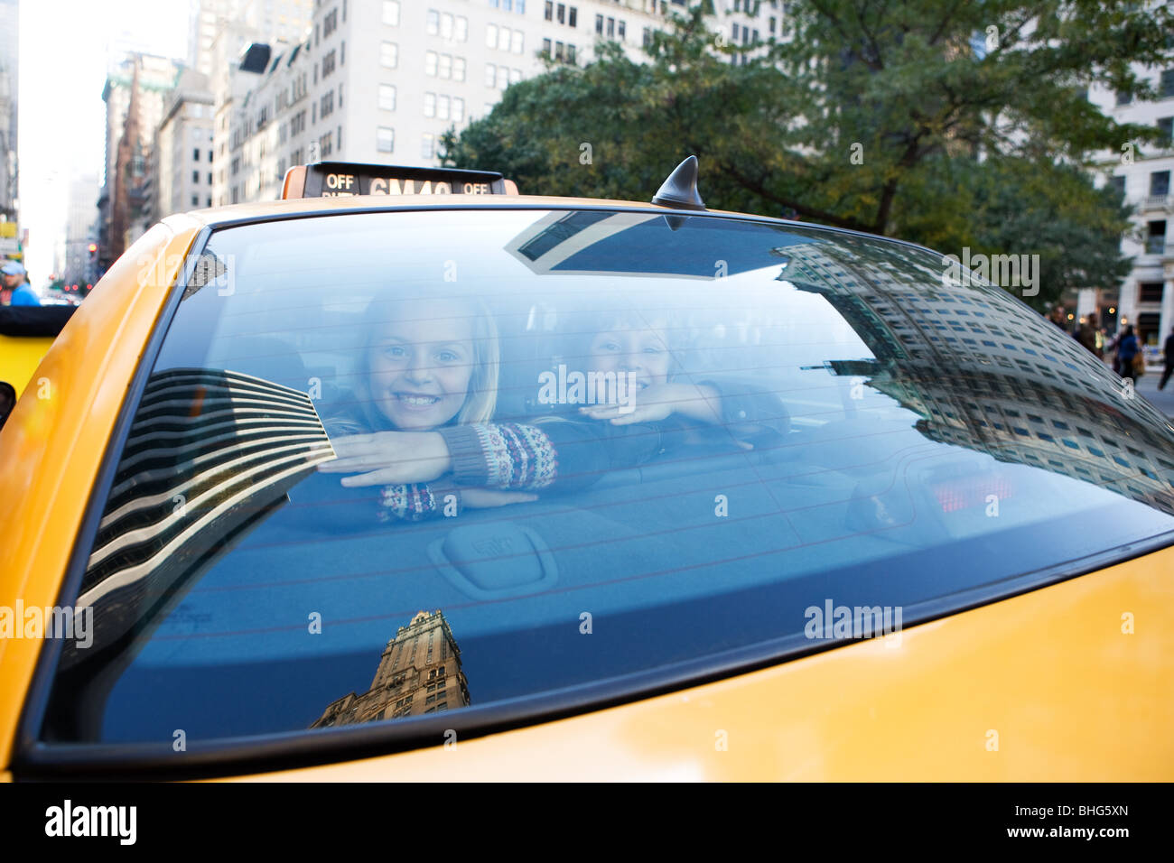 Boy and girl in taxicab - Stock Image