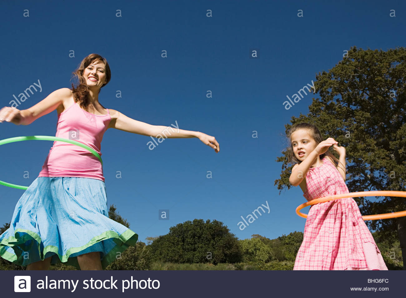 Mother and daughter hula hooping - Stock Image