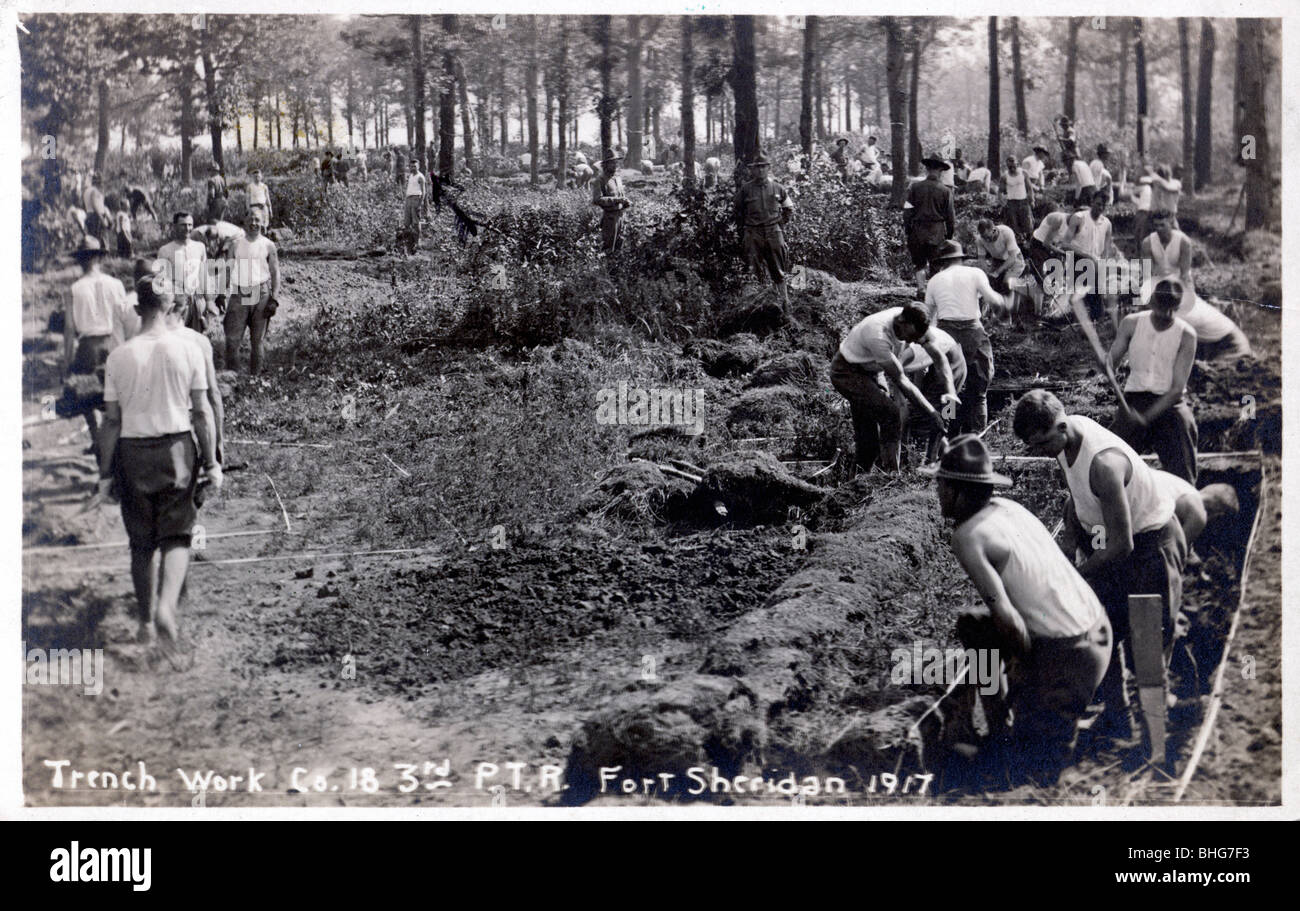 Soldiers digging and clearing trenches, Fort Sheridan, Illinois, USA, 1917. - Stock Image