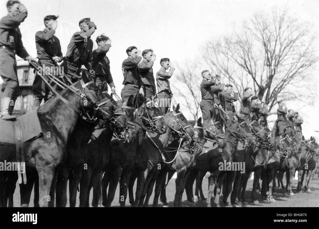 Soldiers saluting while standing on horseback, Fort Sheridan, Illinois, USA, 1920. - Stock Image