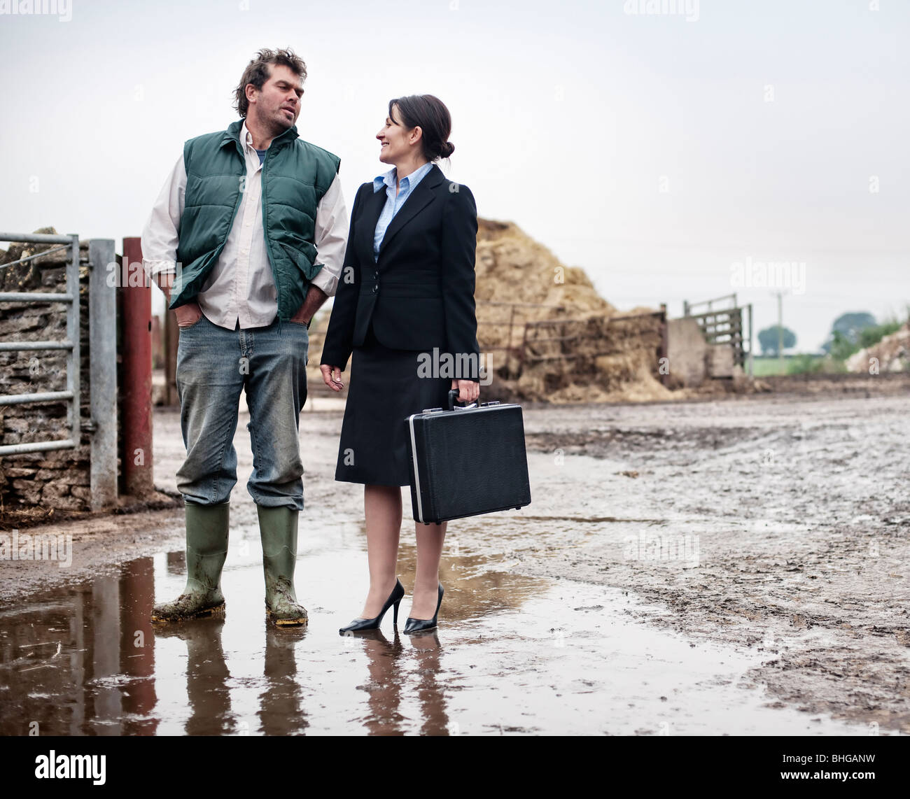 business woman talking to farmer - Stock Image