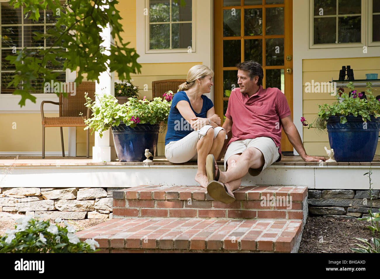 Couple sitting on porch - Stock Image