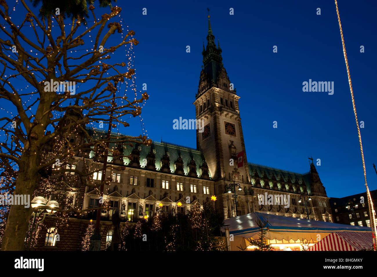 Rathaus von Hamburg zur blauen Stunde - Stock Image