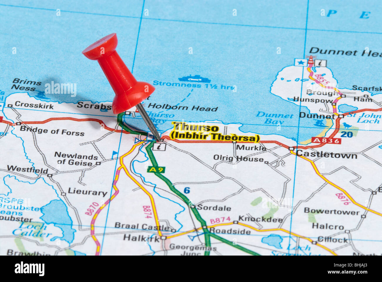 red map pin in road map pointing to city of Thurso - Stock Image