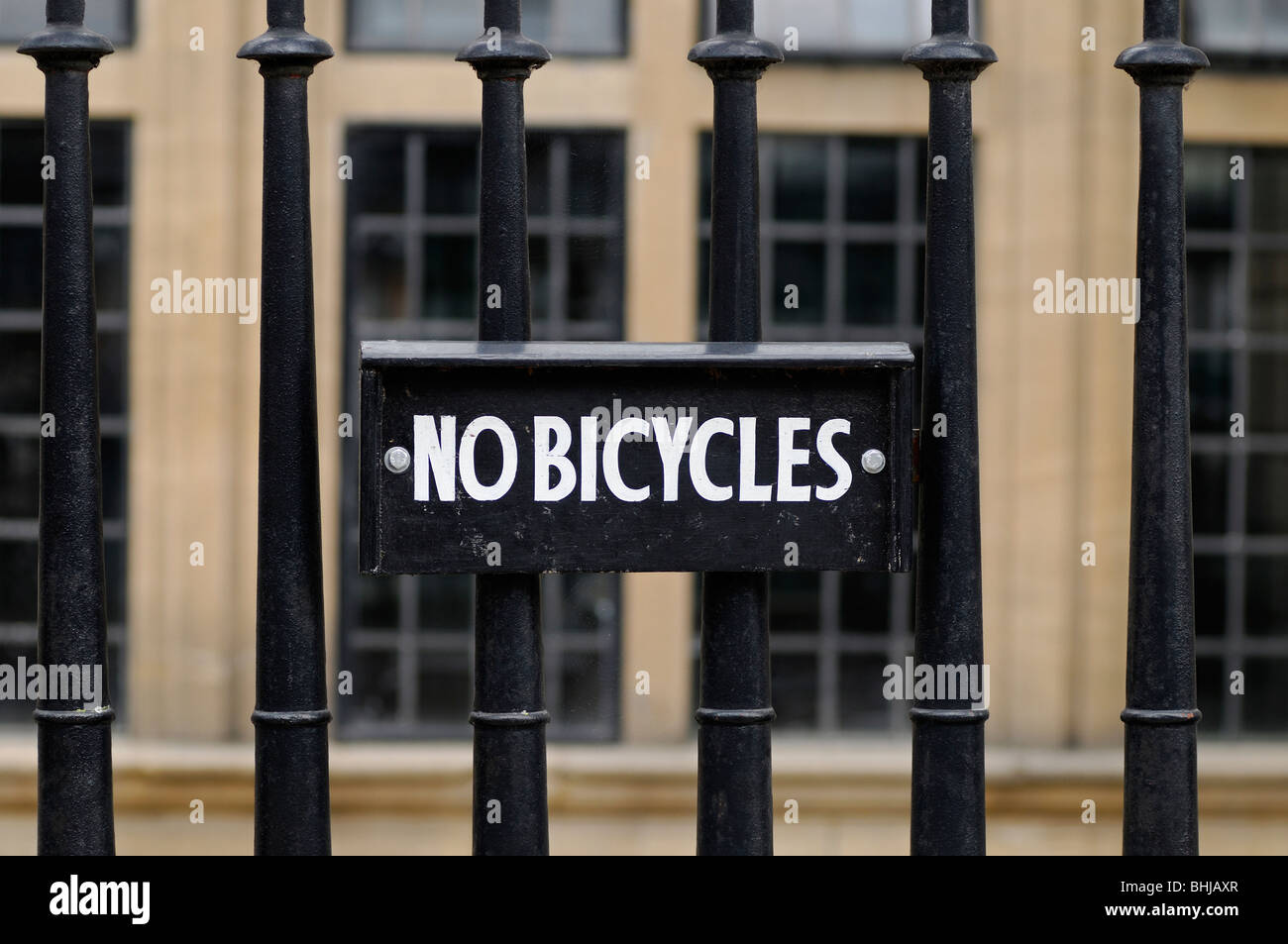No Bicycles Sign on Railings Outside a University Building, Oxford, United Kingdom. - Stock Image