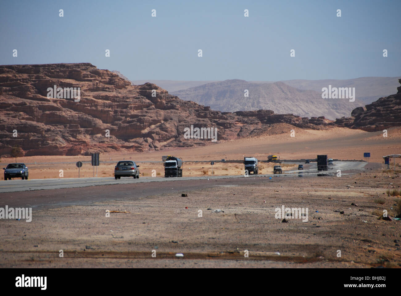 Traffic on desert road from Aqaba to Petra, Jordan - Stock Image