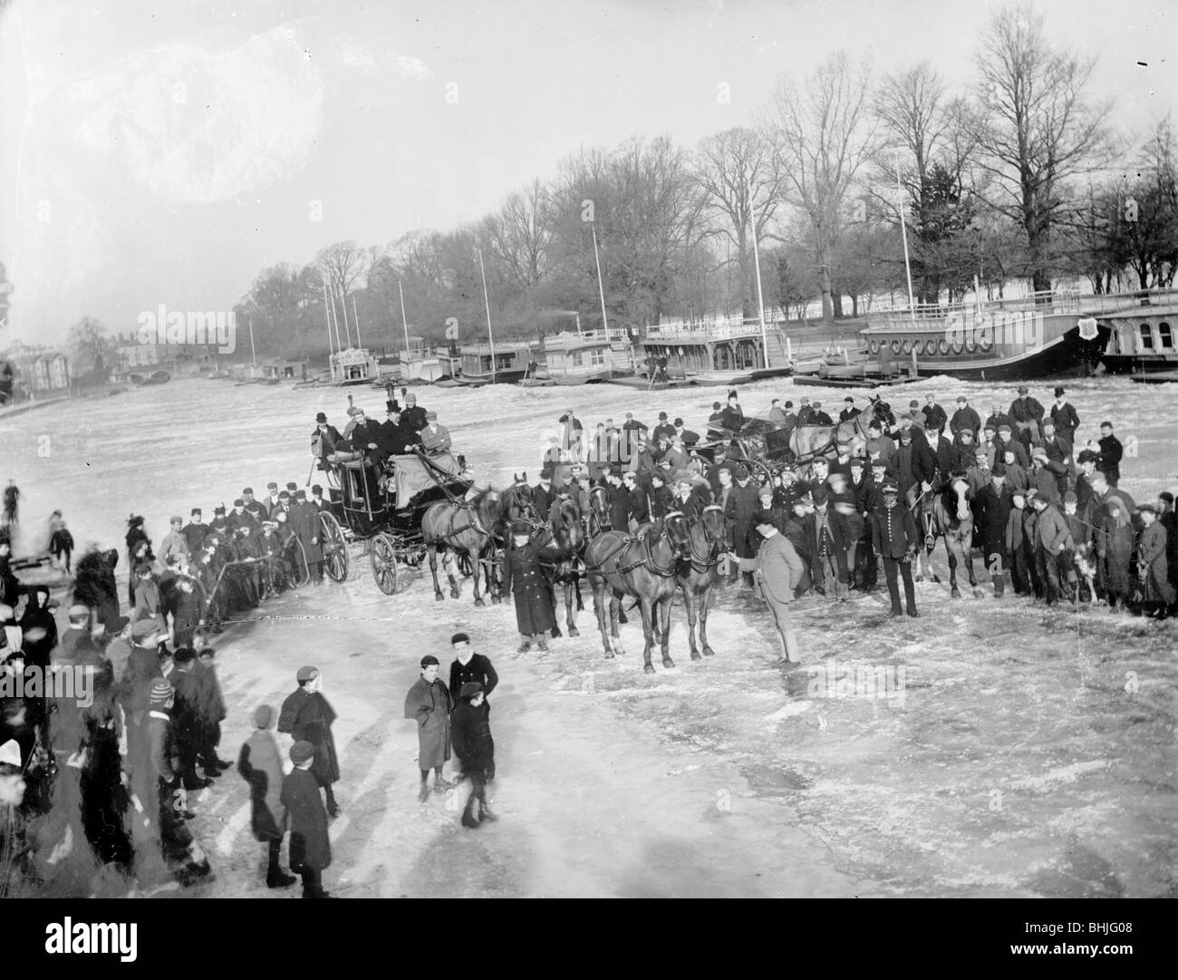 Crowd on the frozen River Thames, Oxfordshire, c1860-c1922. Artist: Henry Taunt - Stock Image