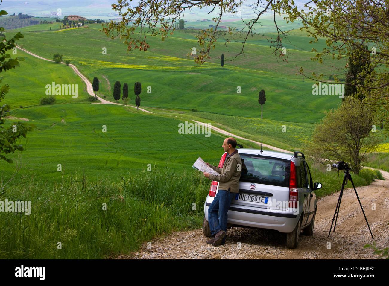 Tourist studying map, Tuscany, Italy Stock Photo: 28073110 - Alamy