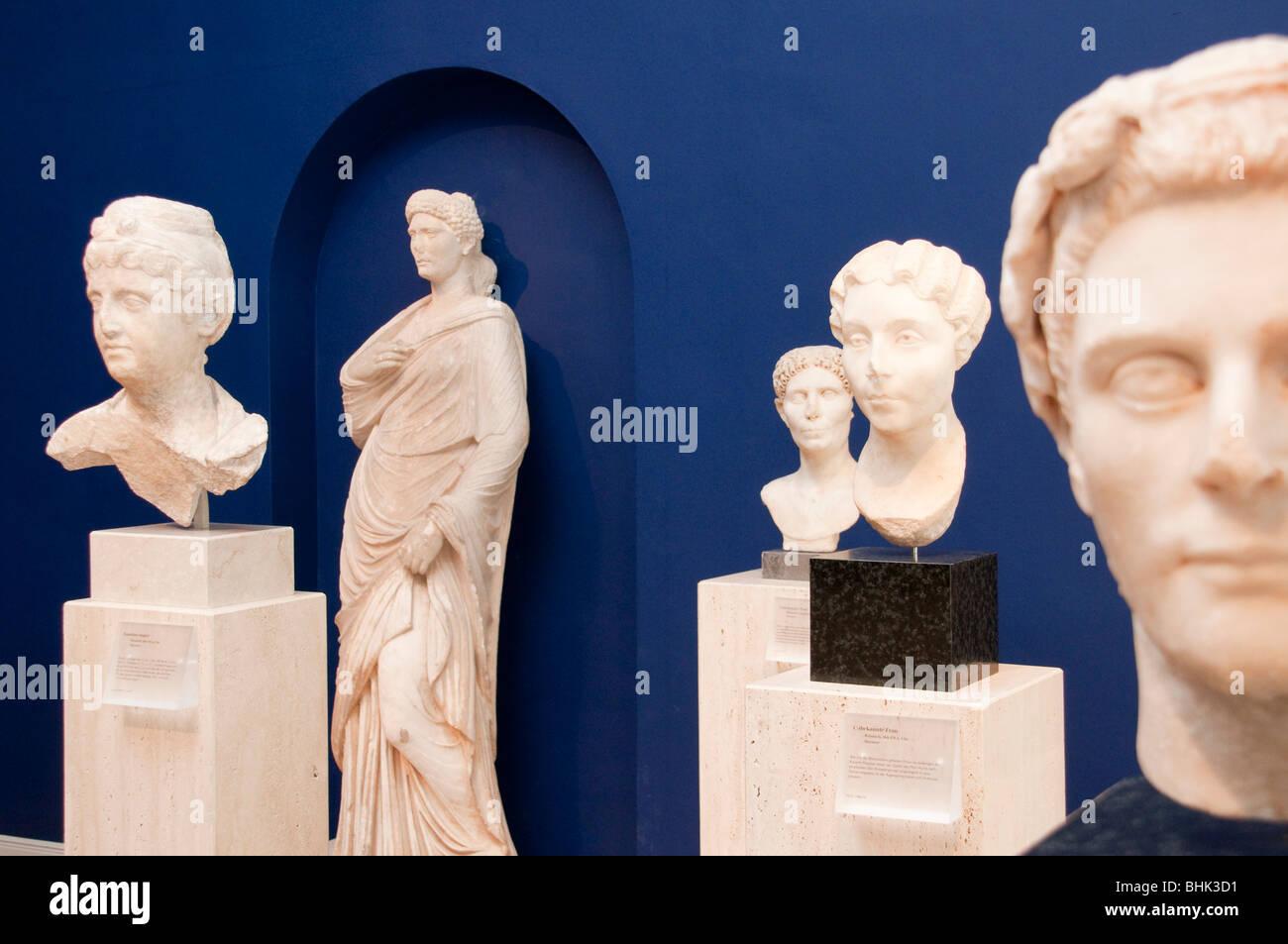 Roman statues, Museum fuer Kunst und Gewerbe, railway platforms, Hamburg, Germany - Stock Image