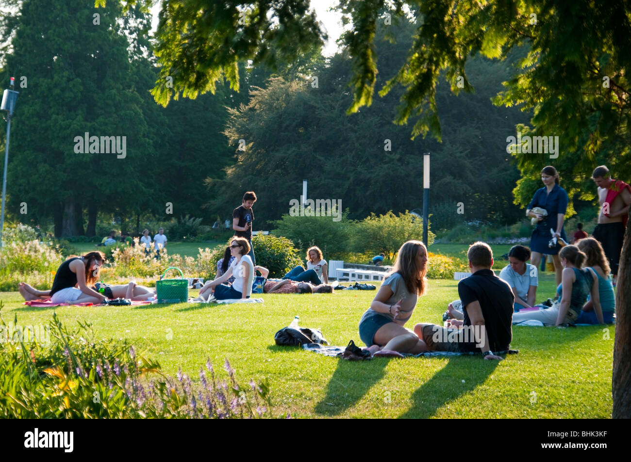 menschen auf wiese im park planten un blomen hamburg deutschland stock photo 28079507 alamy. Black Bedroom Furniture Sets. Home Design Ideas