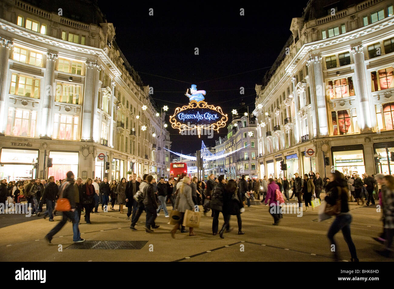 Christmas shoppers at the intersection of Oxford street and Regent street - Stock Image