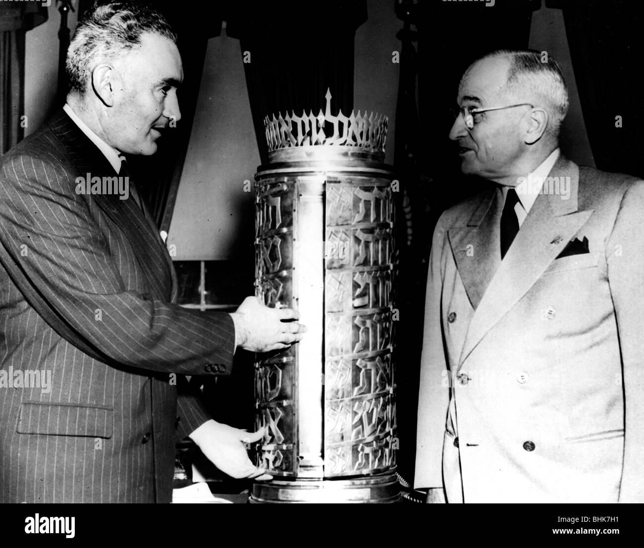 Ambassador Elath makes presentation to President Harry Truman. - Stock Image
