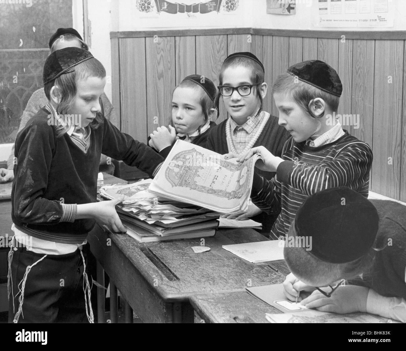 Jewish primary school children, December 1985. Artist: Sidney Harris - Stock Image