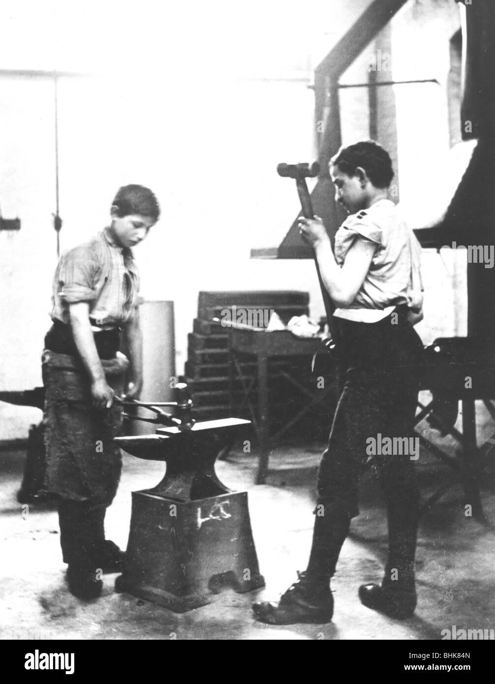 Boys learning blacksmith's skills, Jewish Free School, 1900-1910. - Stock Image