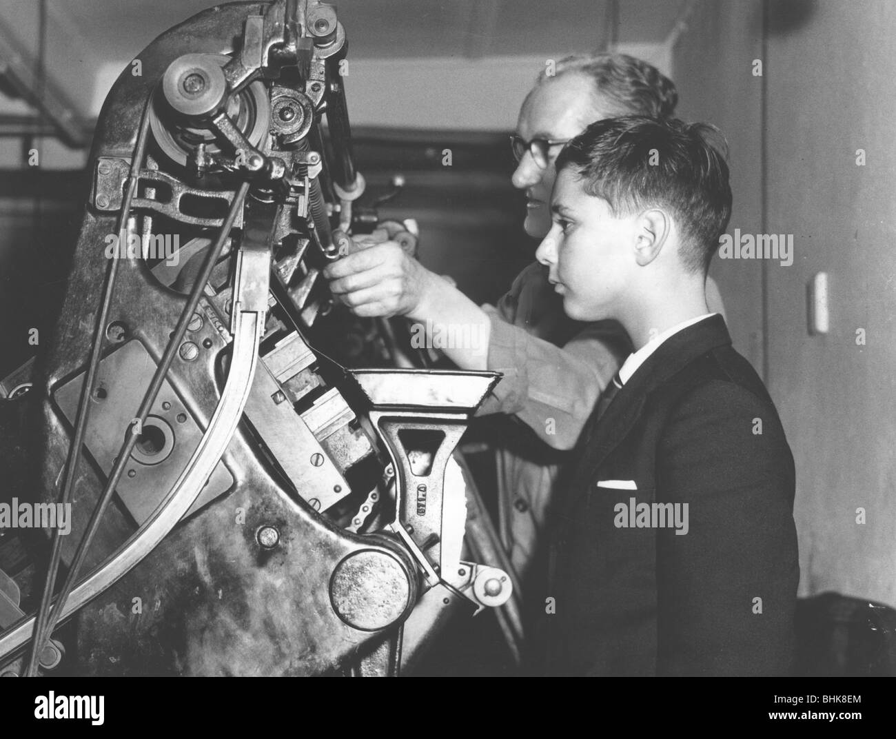 David Reiss inspects a linotype machine at the Jewish Chronicle, London, 1960. Artist: EH Emanuel - Stock Image
