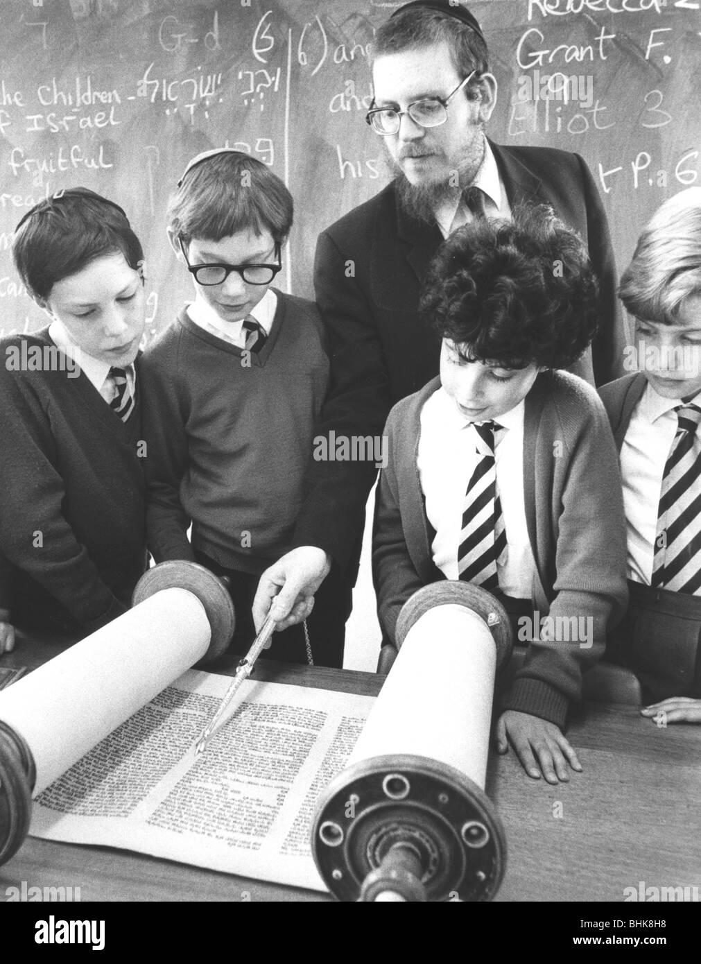 Jewish boys reading the Torah, Britain, 1985. - Stock Image