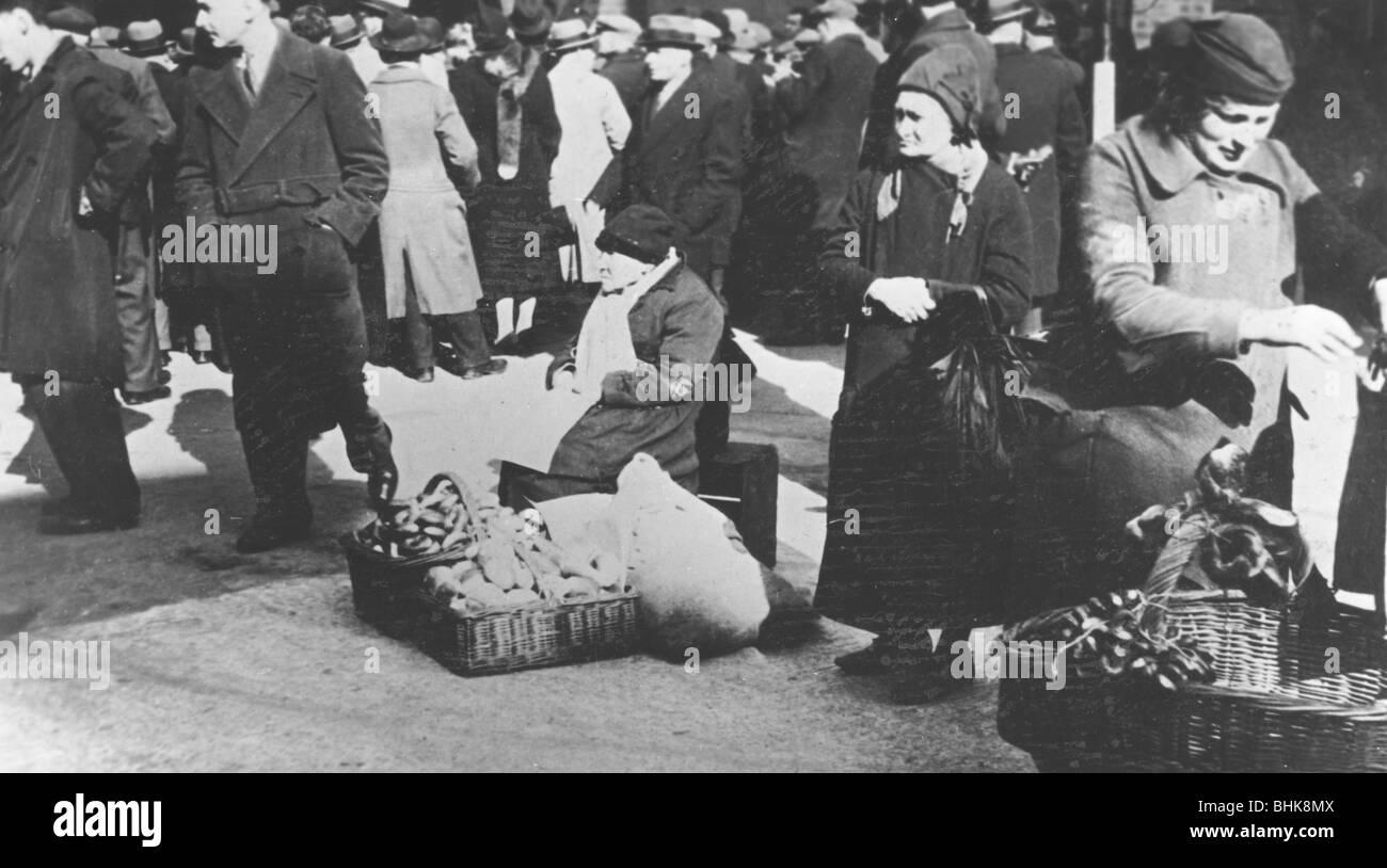 Bagel sellers outside Bloom's, London, 1930s. - Stock Image
