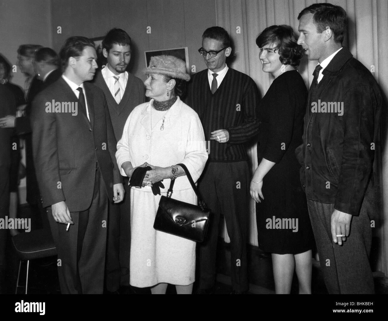 Rubinstein, Helena, 25.11.1887 - 1.4.1965, American cosmetics industrialist, with the winners of the Helena Rubinstein - Stock Image