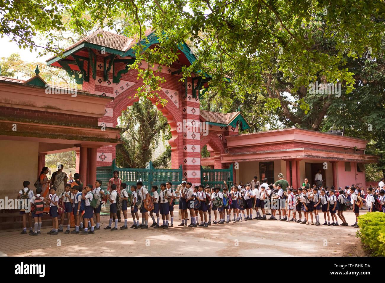 India, Kerala, Thiruvananthapuram, (Trivandrum), Zoological Gardens, group of schoolchildren lined up at entrance - Stock Image