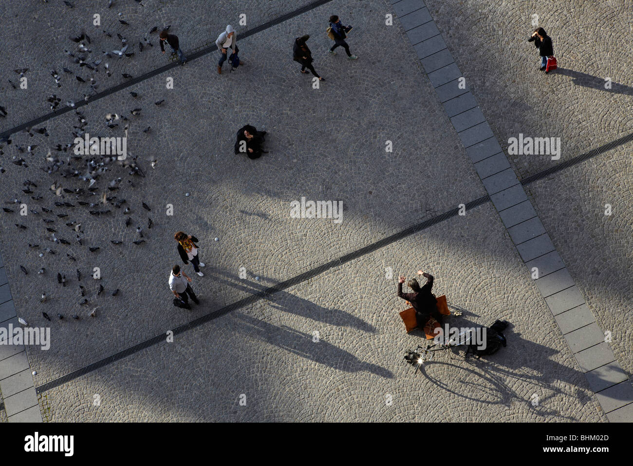Puppeteer with marionette, people and pigeons from above, Paris, France - Stock Image