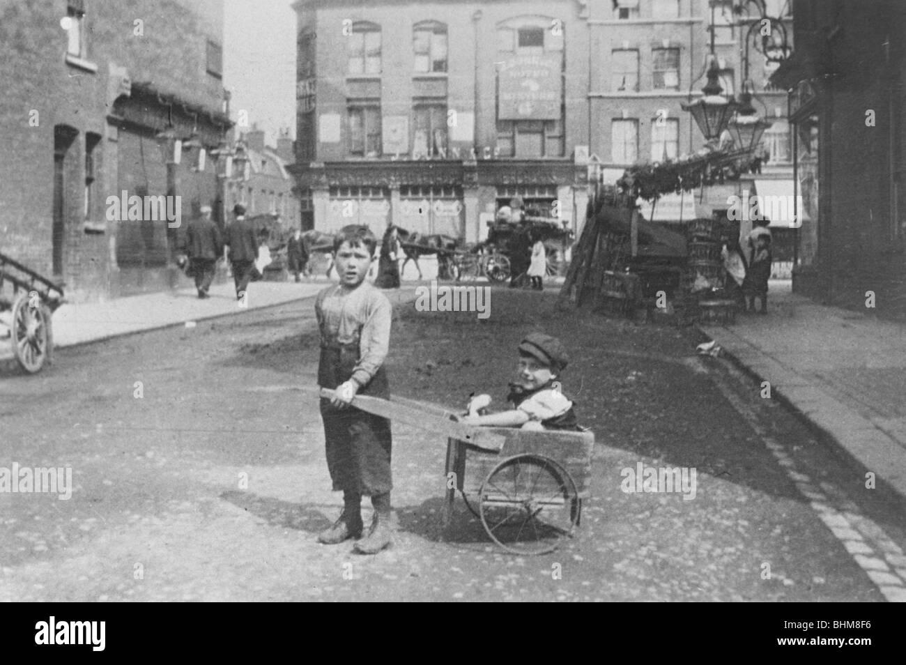 East End children, London, c1900. - Stock Image