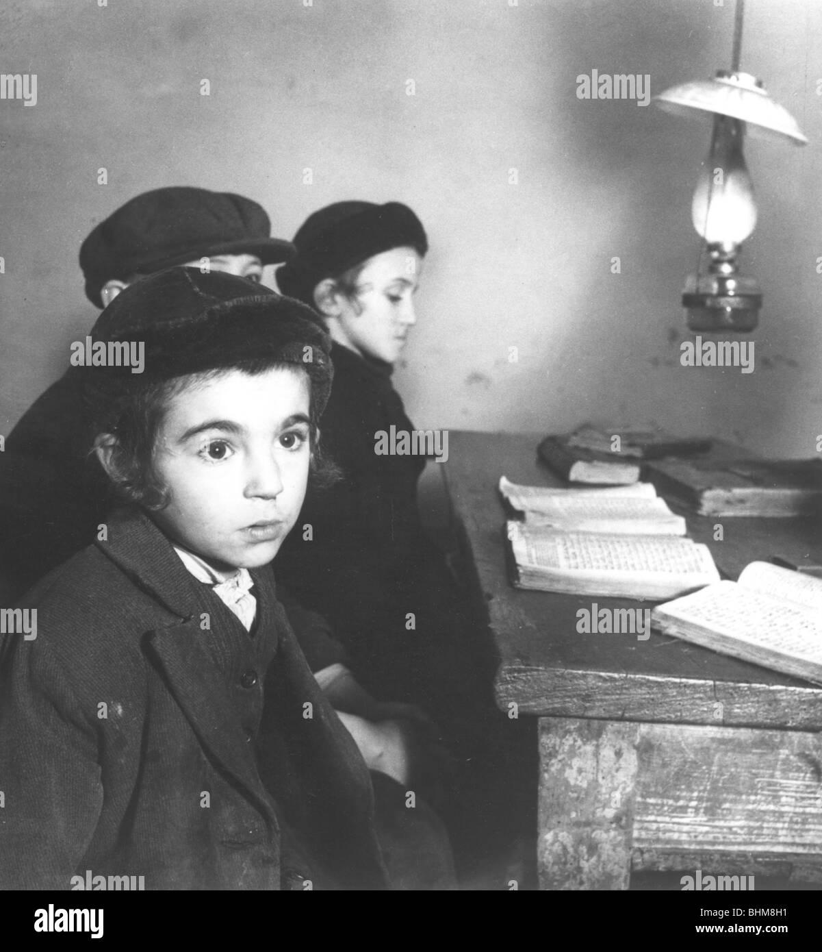 Polish Jewish children, 1938. Artist: Roman Vishniac - Stock Image
