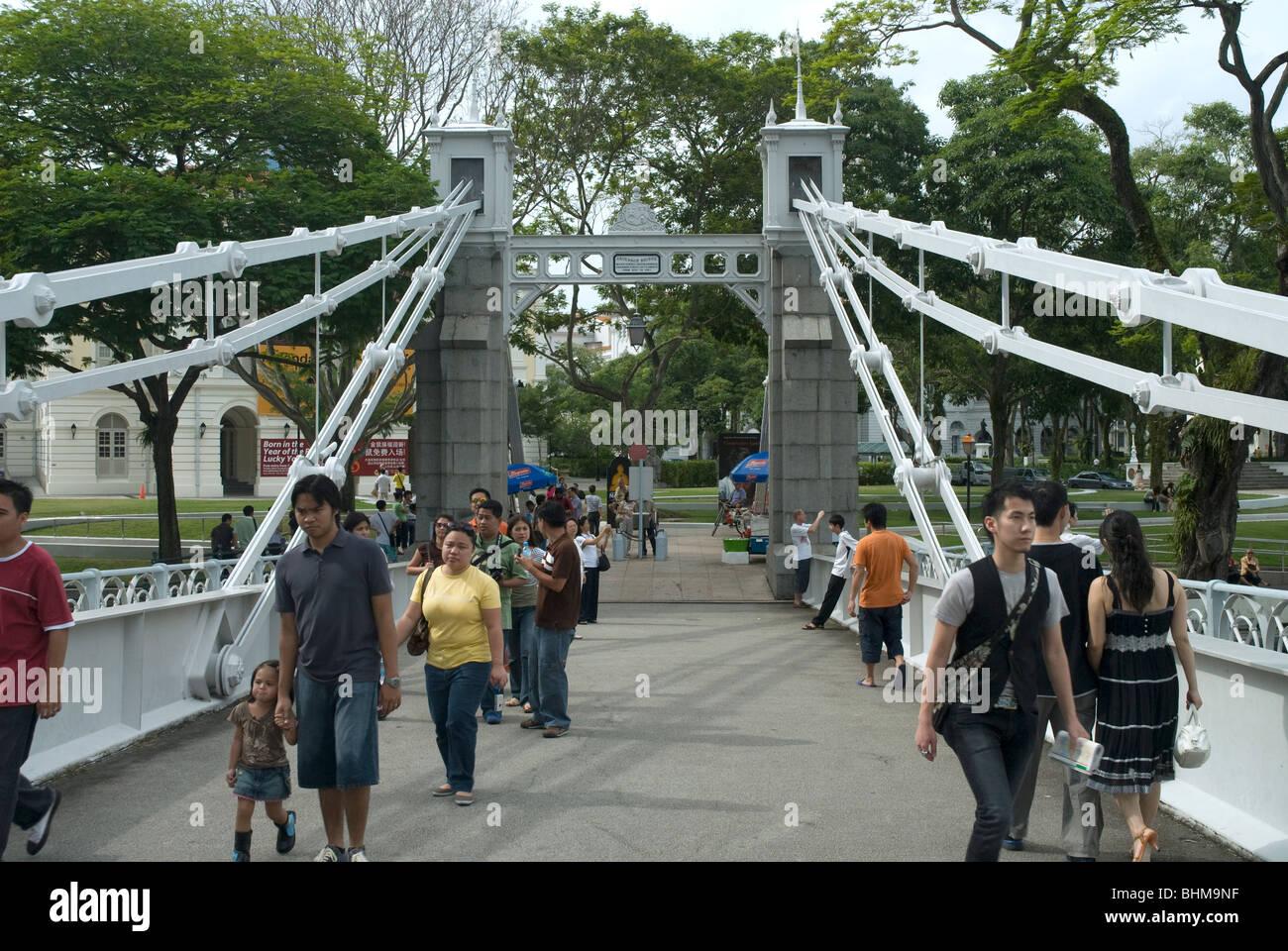 Pedestrians on Cavenagh Bridge, Singapore - Stock Image