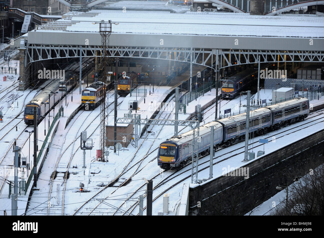 Commuter train leaving the east end of Waverley Station, Edinburgh, Scotland, UK. - Stock Image