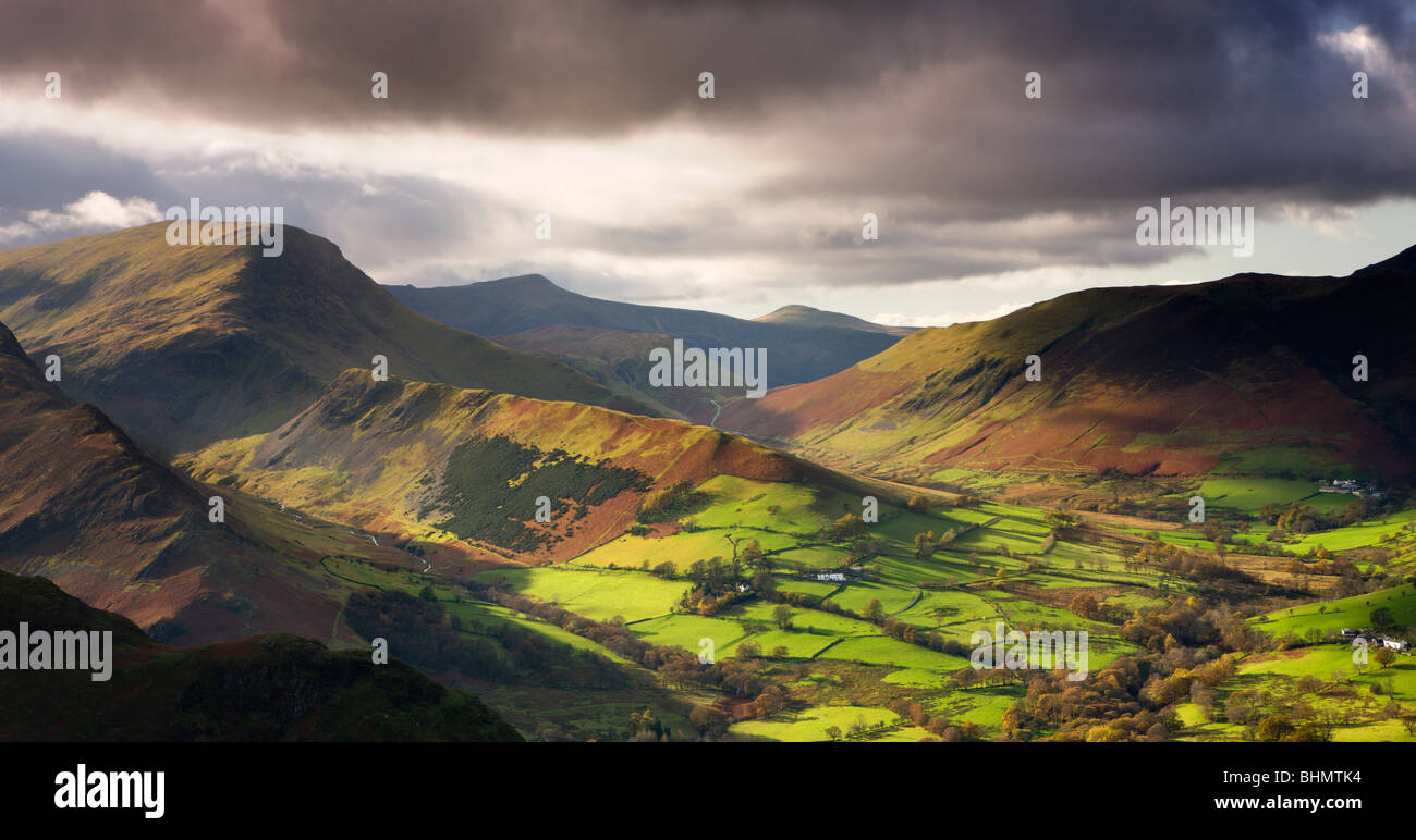 Late afternoon sunshine illuminates the lush green Newlands Valley, Lake District National Park, Cumbria, England. - Stock Image