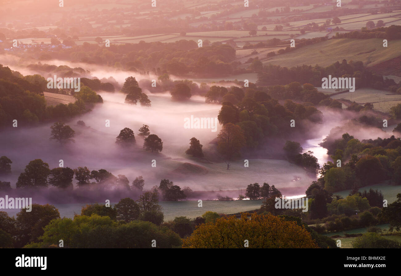 Mist lingers in the Usk Valley at dawn, Brecon Beacons National Park, Powys, Wales, UK. Autumn (October) 2009 - Stock Image