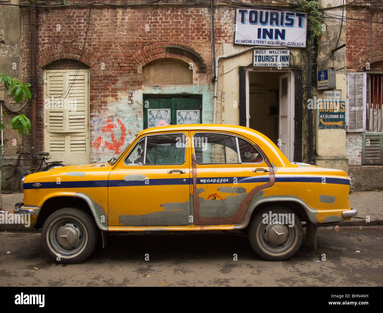Ambassador taxicab in front of Tourist Inn on Sudder Street, Kolkata, India - Stock Image