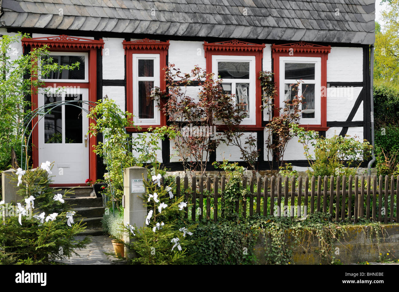 Fachwerkhaus mit Vorgarten in Goslar, Deutschland. - Half-timbered house with front garden in Goslar, Germany. - Stock Image