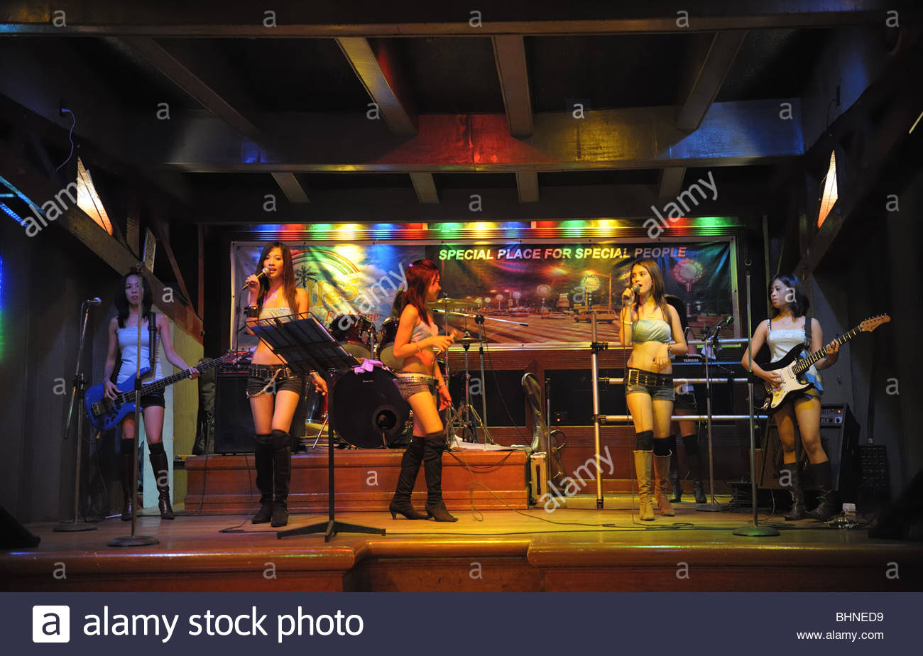 Girls' rock music band performing in bar-restaurant in Manila, Philippines - Stock Image