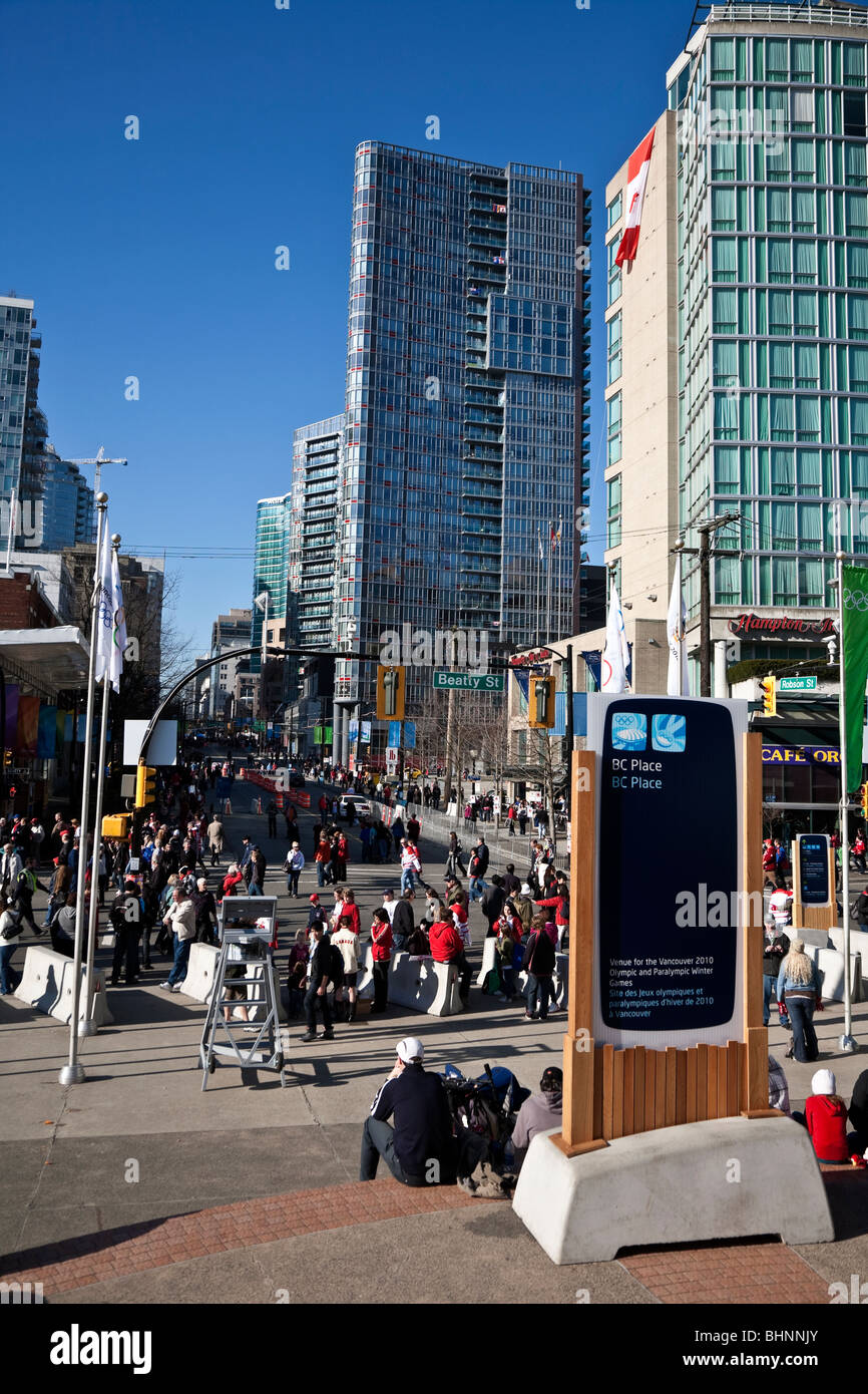 Crowds wander along Robson Street during the Vancouver 2010 Winter Olympic Games - Stock Image