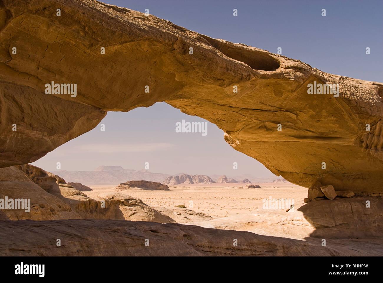 Rock arch, desert landscape, Wadi Rum, Jordan, Asia. - Stock Image
