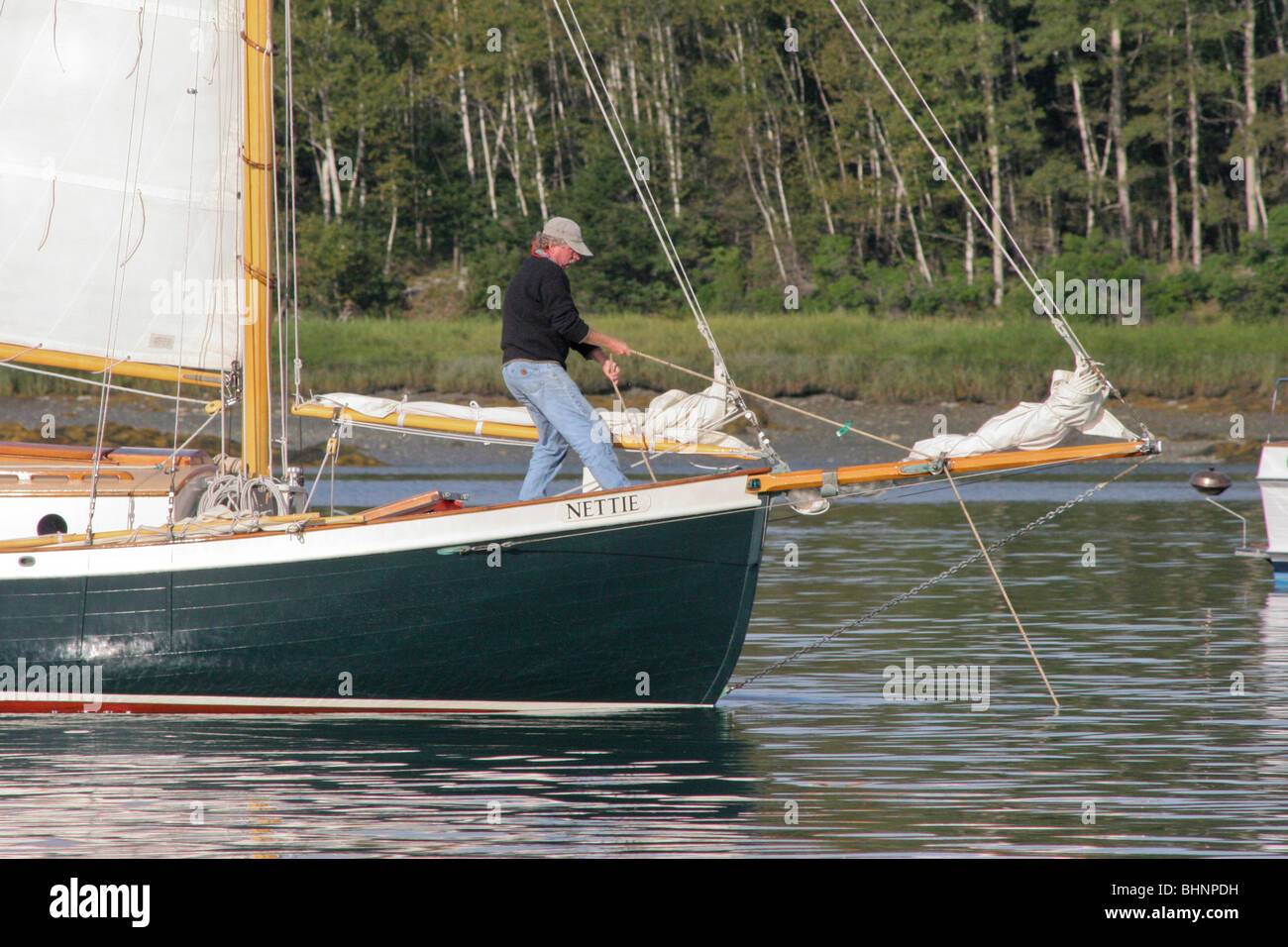 Double-Ended Sloop NETTIE weighs anchor in Pulpit Harbor - Stock Image