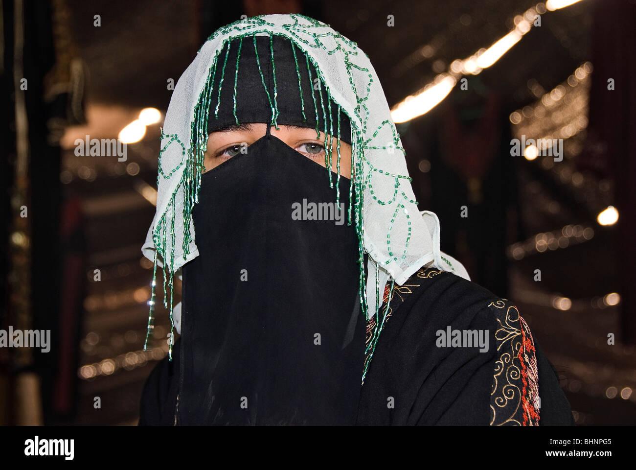 Woman dress with traditional arabic clothes inside a jaima, Wadi Rum, Jordan, Asia. - Stock Image