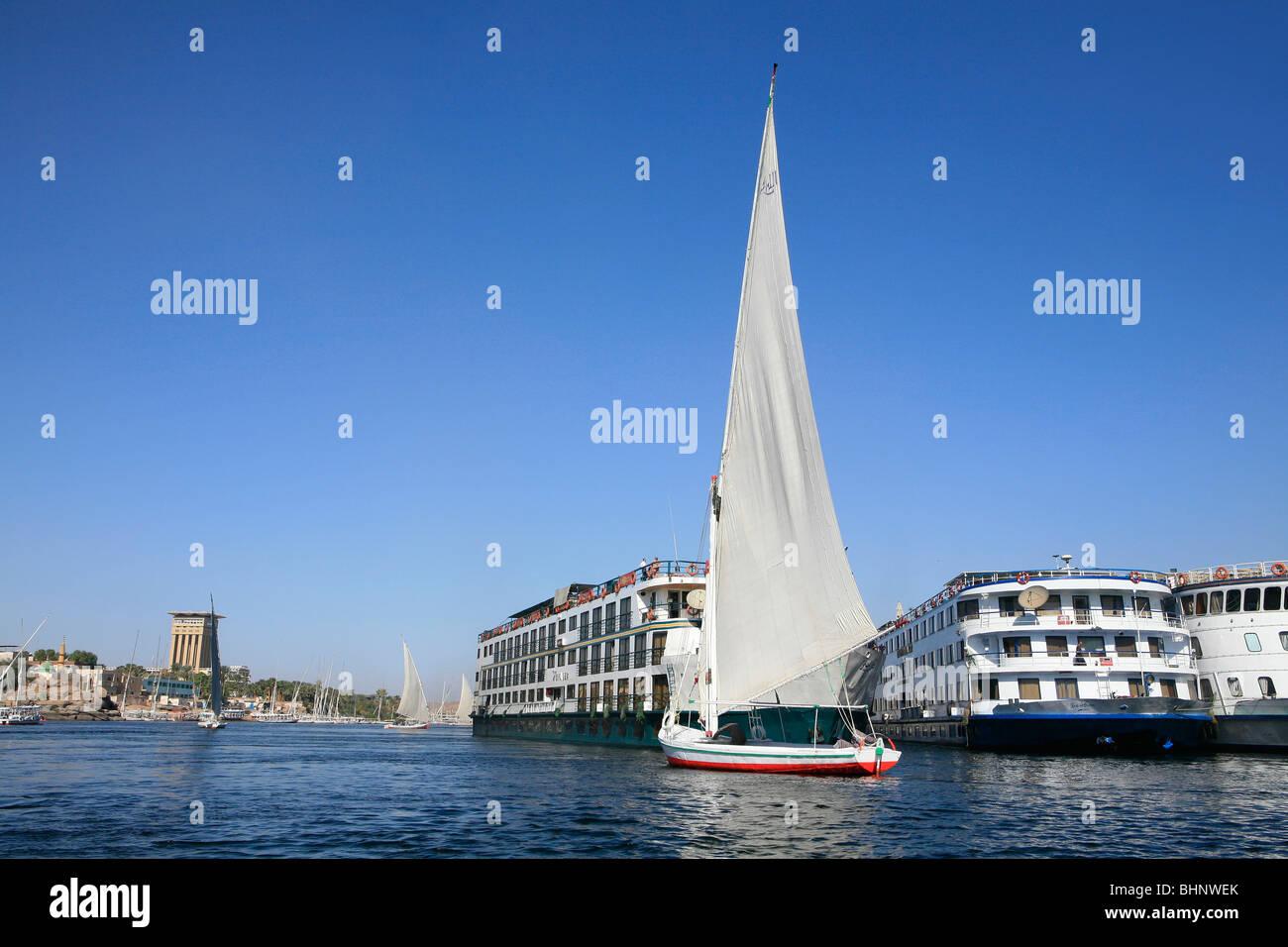 New vs old - Felucca vs cruiseship in Aswan, Egypt - Stock Image
