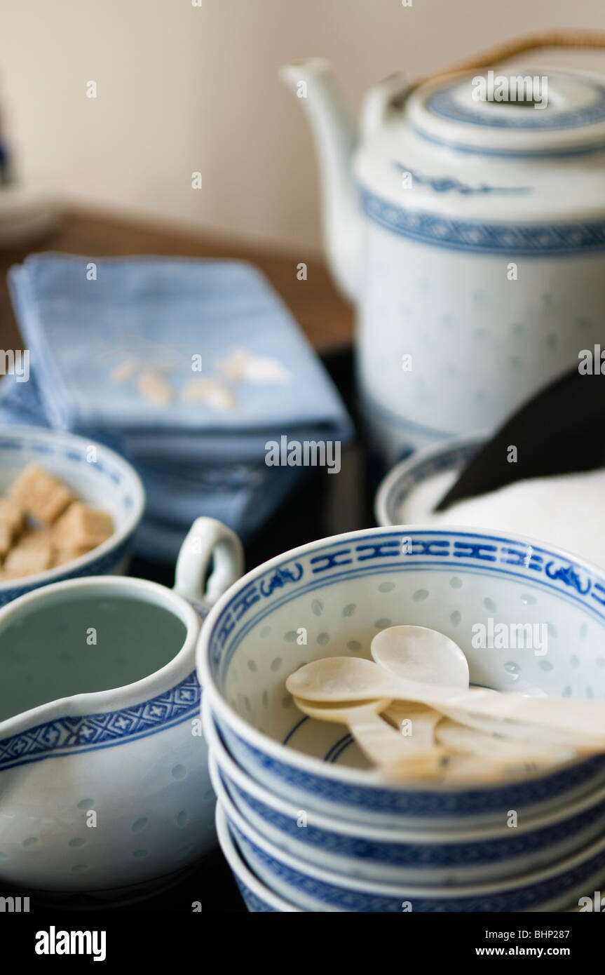Blue and white Oriental crockery bowls and teapot - Stock Image