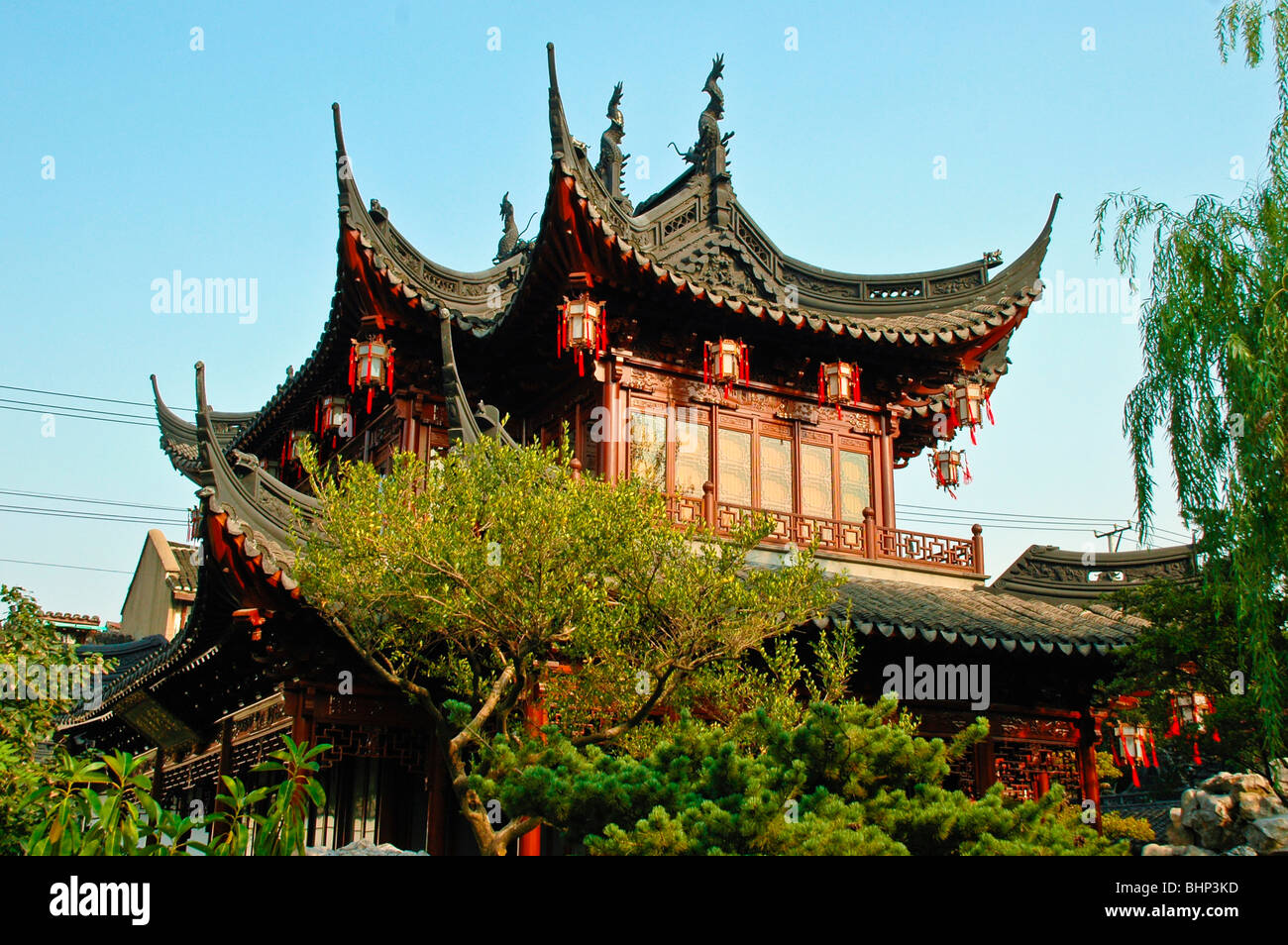 traditional chinese house with decorative roof at yuyuan gardens