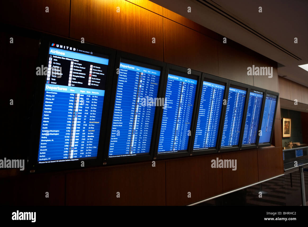 airline flight information screens in the united airlines red carpet club lounge chicago o'hare international - Stock Image