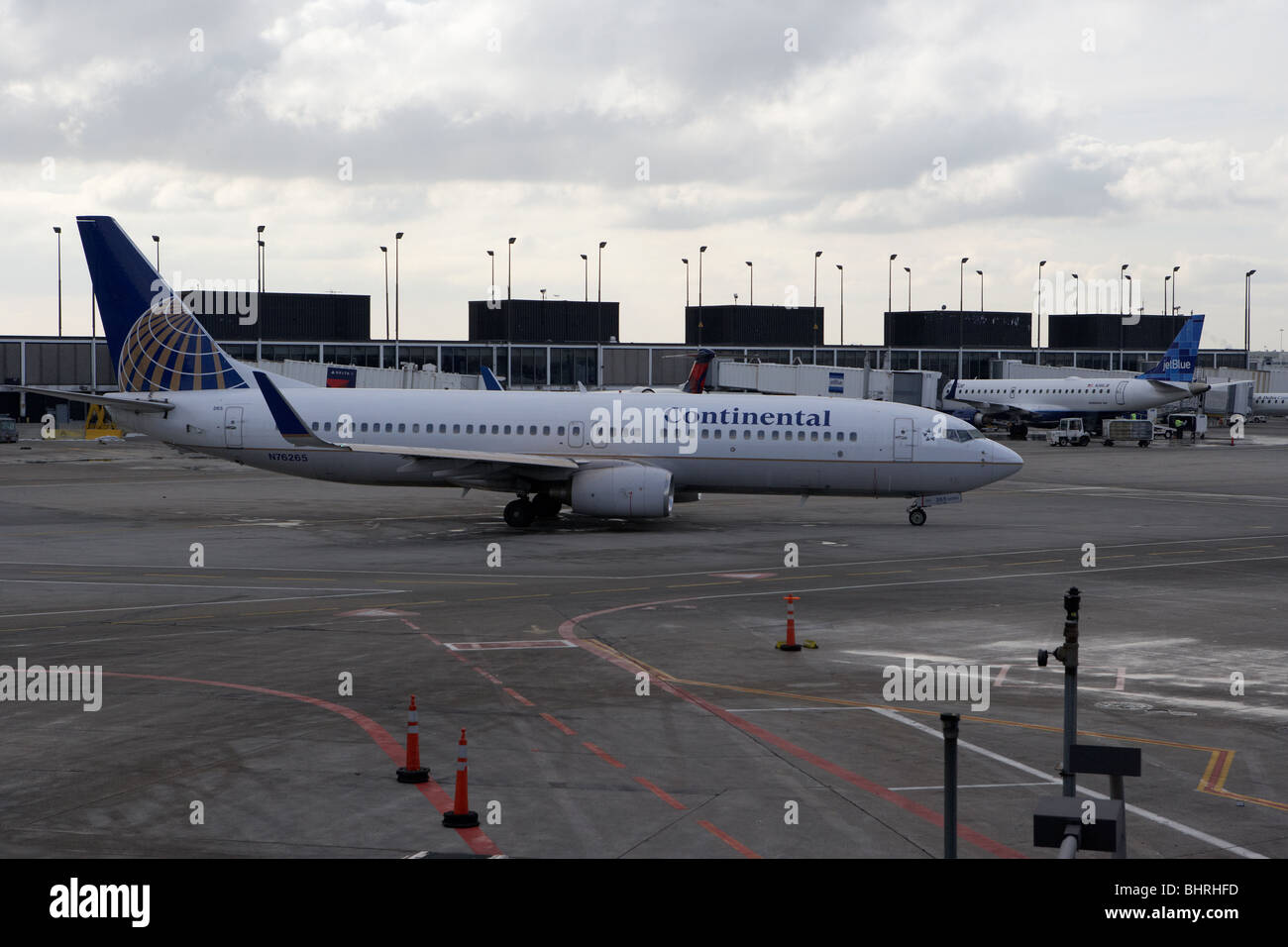 continental airlines N76265 boeing 737-824 airliner taxing in terminal on a cold winter day at o'hare international - Stock Image