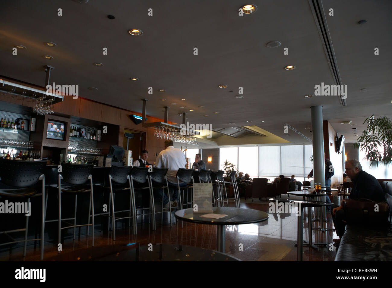 the bar in the united airlines red carpet club lounge chicago o'hare international airport usa - Stock Image