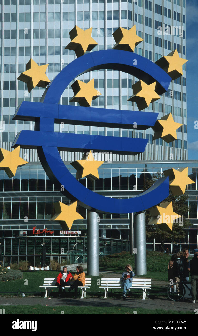 Frankfurt, Eurobank with Euro sculpture by Ottmar Hoerl - Stock Image