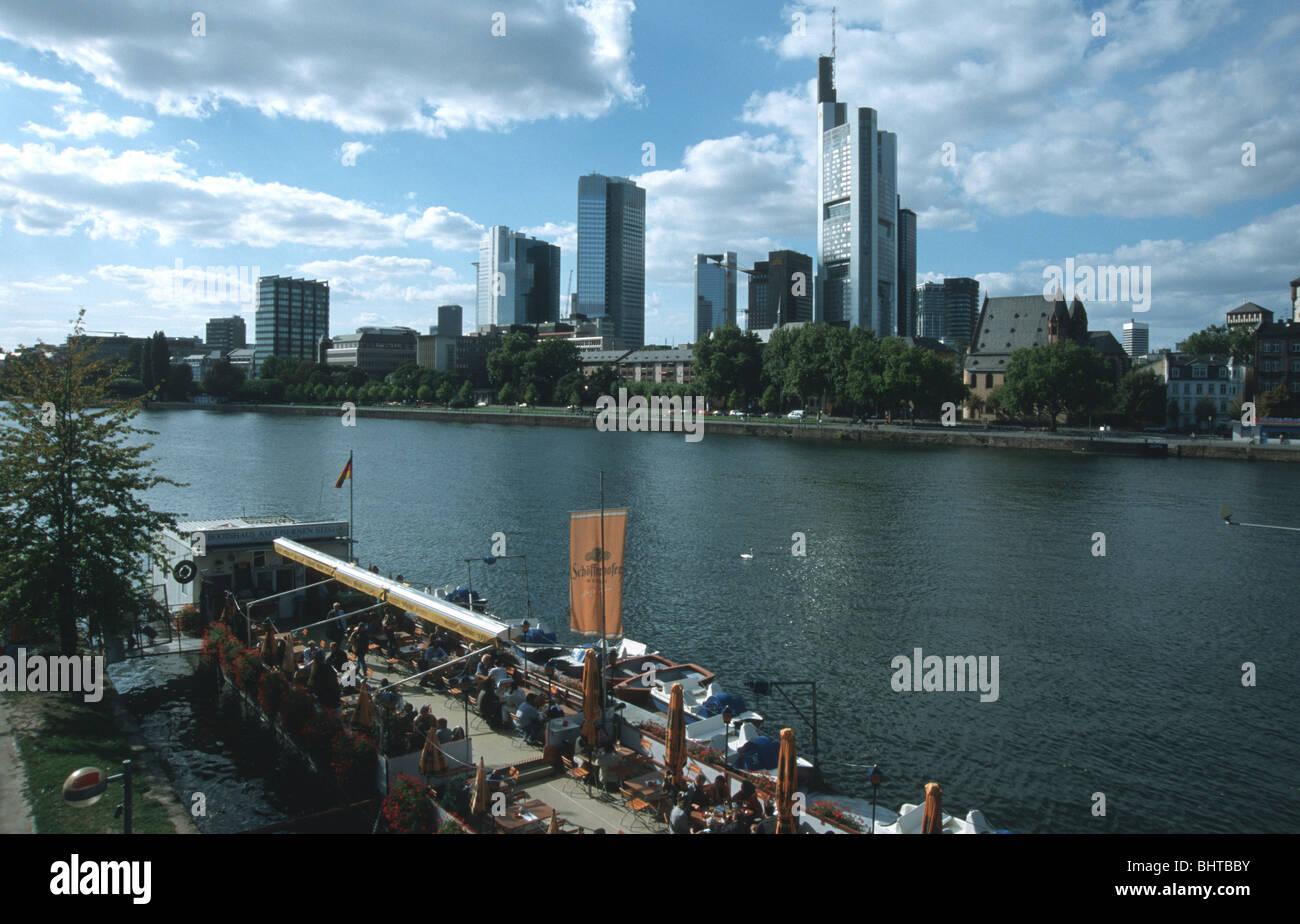 Frankfurt am Main Frankfurt am Main Main, Skyline, Terrassenlokal auf Schiff im Vordergrund River Main, skyline, - Stock Image