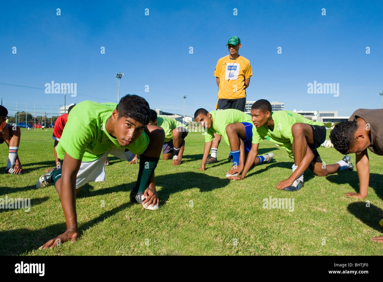 Coach instructing players at Old Mutual Football Academy, Cape Town, South Africa - Stock Image