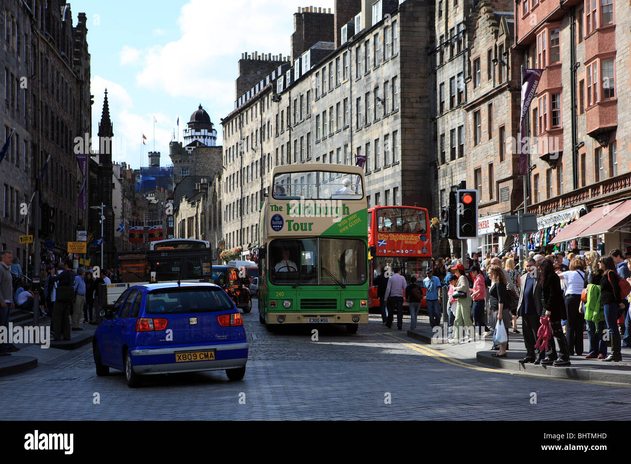 Tour bus, traffic and crowds on the Royal Mile in Edinburgh - Stock Image