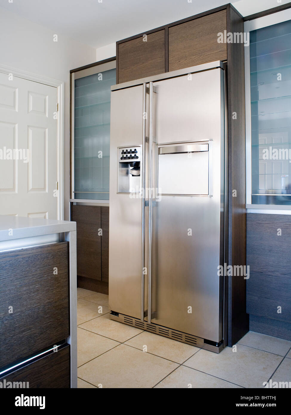 large american style stainless steel fridge freezer in modern kitchen stock photo 28205678 alamy. Black Bedroom Furniture Sets. Home Design Ideas