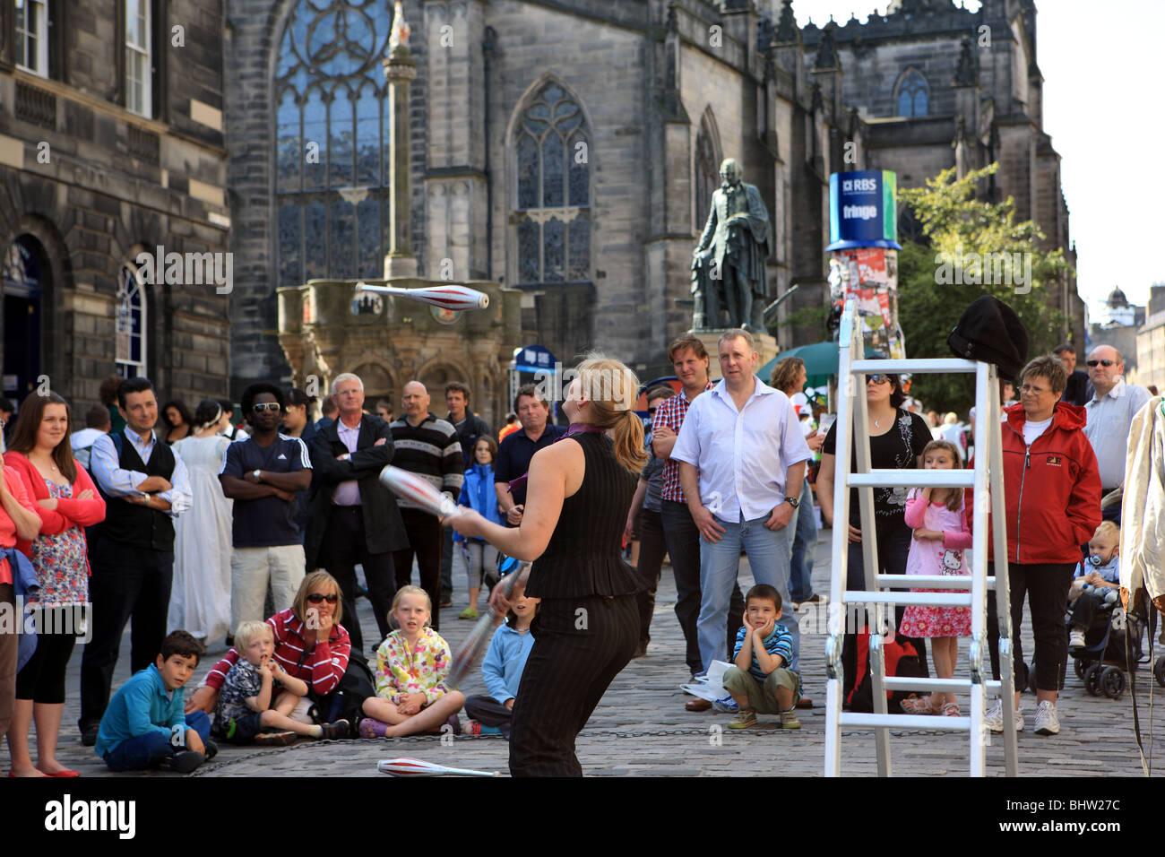 Juggler street artist at the Edinburgh Festival - Stock Image