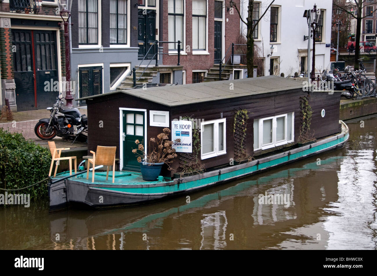 Very Small Little House Boat Groenburgwal Amsterdam - Stock Image